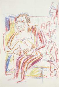 Sitzende Mutter mit Kind vor Holzplastiken